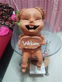 """ตุ๊กตาดินเผาถือป้าย """"Welcome"""""""