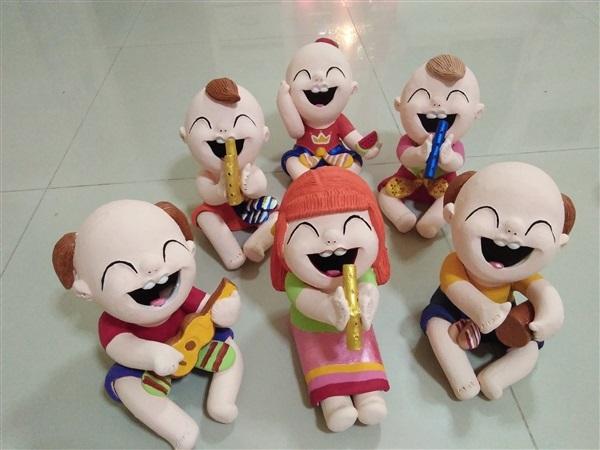 ตุ๊กตาดินเผา เด็กอารมณ์ดี เล่นดนตรีไทย